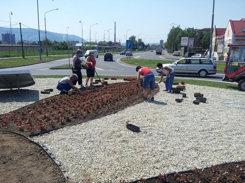 V meste pribudnú ďalšie kvetinové záhony     Aktuality a oznamy     Mesto  Humenné     www.humenne.sk 104efde1521