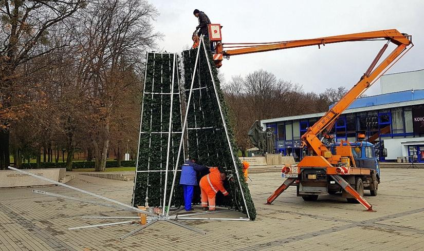 59aba11598f8f Nový vianočný stromček už vyrástol pred Domom kultúry ::: Aktuality ...